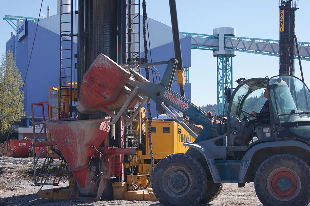 Photo: A wheel loader fills the concrete hopper with shaft concrete. With the FRANKI pile driver, the pile is directly cast.