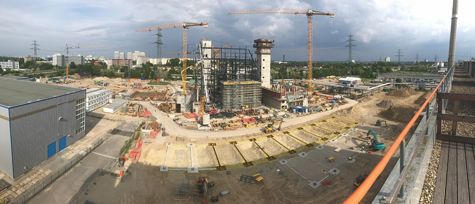 Photo: General view of the power plant under construction, in the middle of the picture some components as well as numerous cranes and construction machines