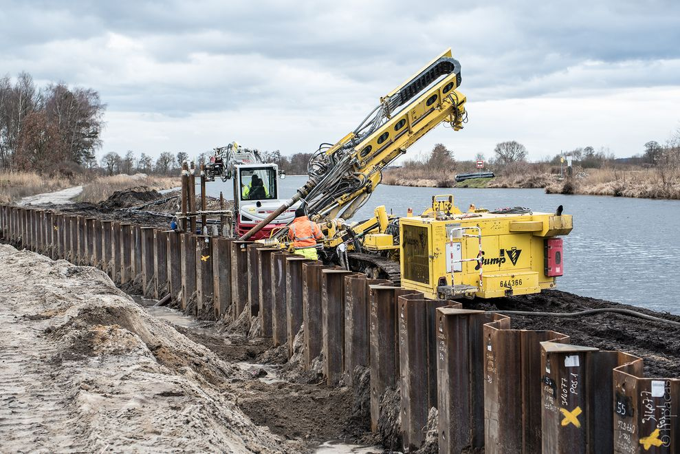 Photo: The pile wall at the Sacrow-Paretz Canal has already been fitted on the left-hand side of the canal. The anchors are now being manufactured by a machine.