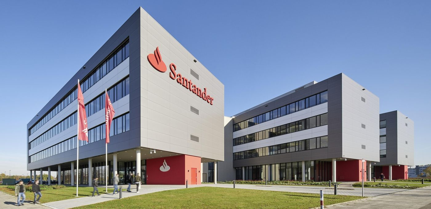 Photo: Santander Group office building: Diagonal view of the three office blocks standing behind one another. Large company logo on the front building, surrounding the buildings are several lawns