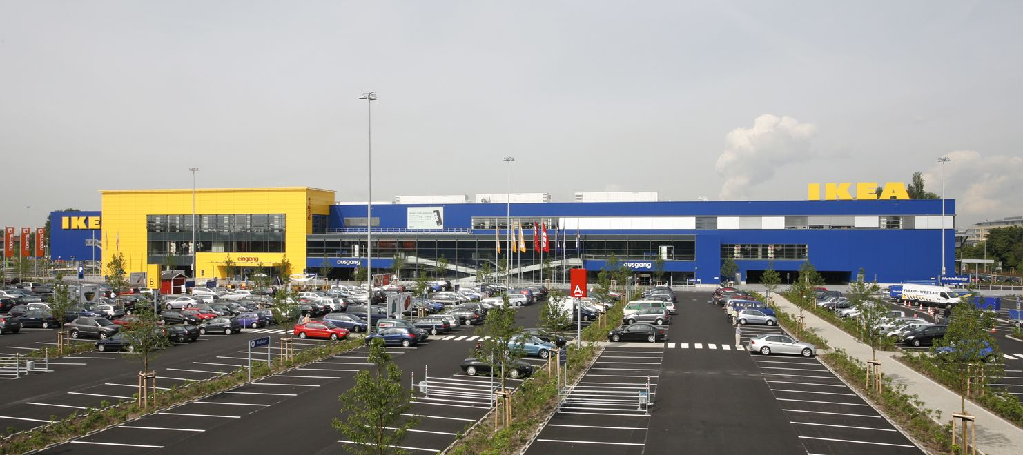 Photo: IKEA Cologne: Germany's largest store with 25,500m² retail space. The cars in the car park are visible in the foreground.