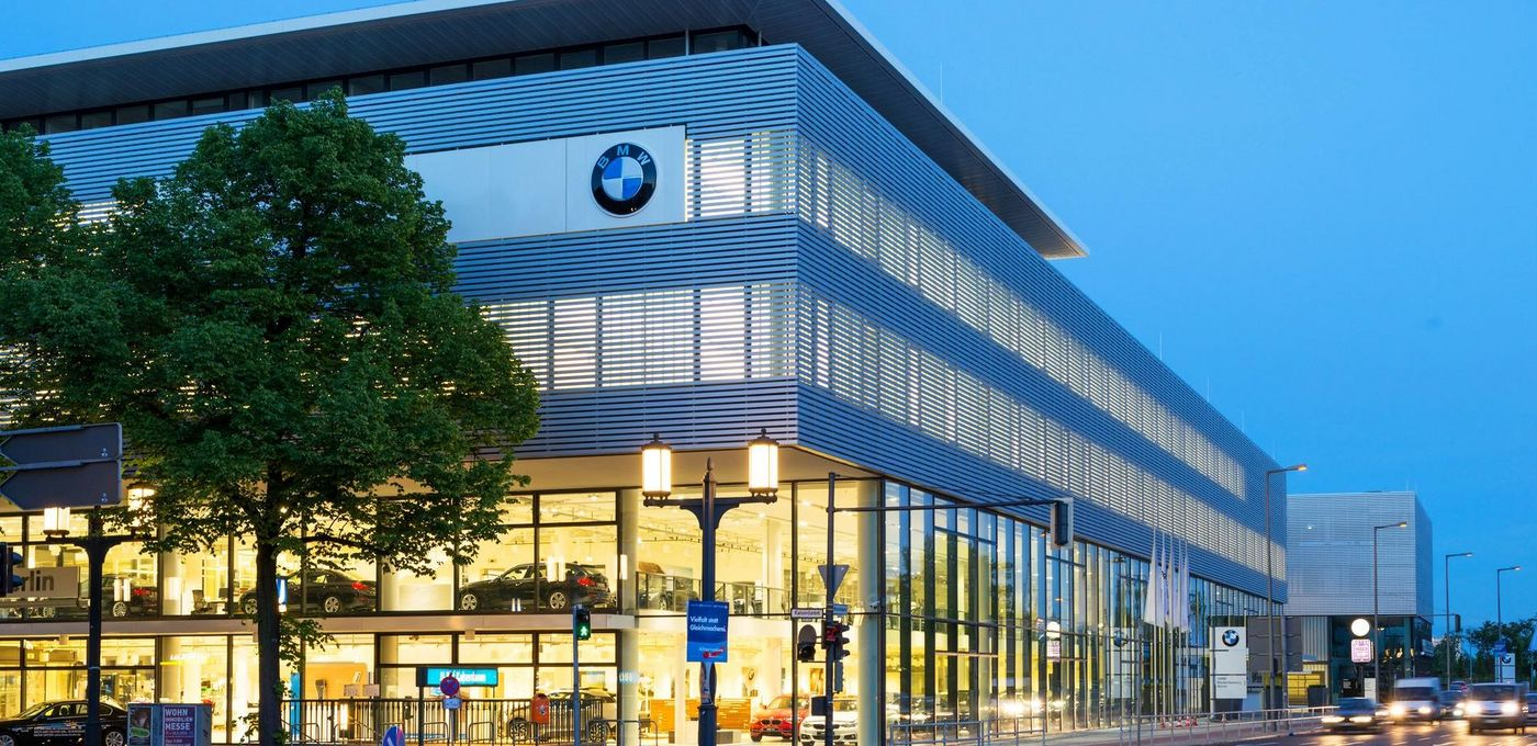 Photo: BMW Berlin branch: Corner view of the BMW exhibition building at dusk