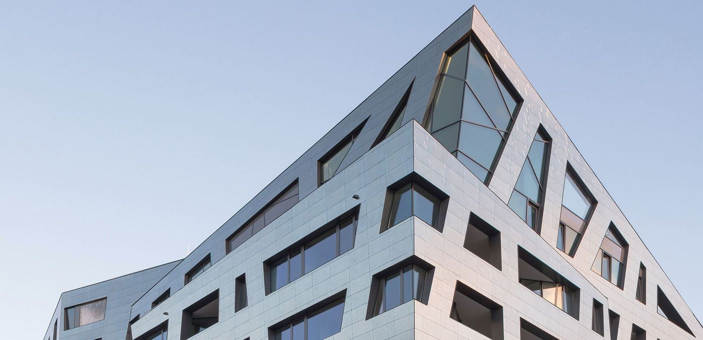Photo: Sapphire by Daniel Libeskind in Berlin: The building's distinguishing feature is its 'Libeskindesque' buckled and folded ceramic façade. All flats possess large, asymmetrical window surfaces.