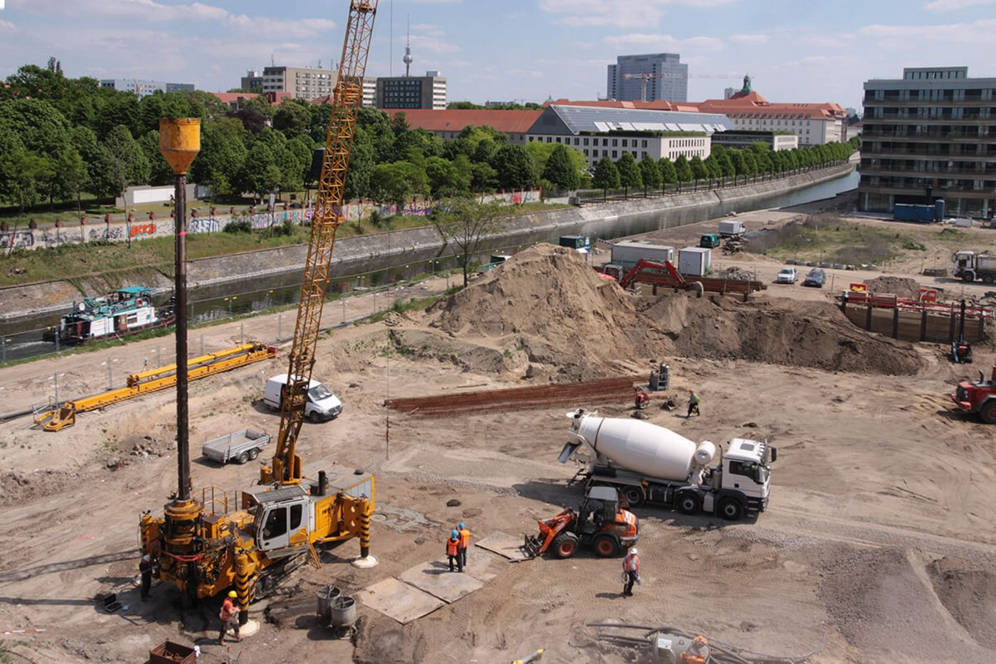 Photo: The excavation pit of Berlin's city harbour district is directly next to the water canal. In the front area, a drill rig brings in an Atlas pile.