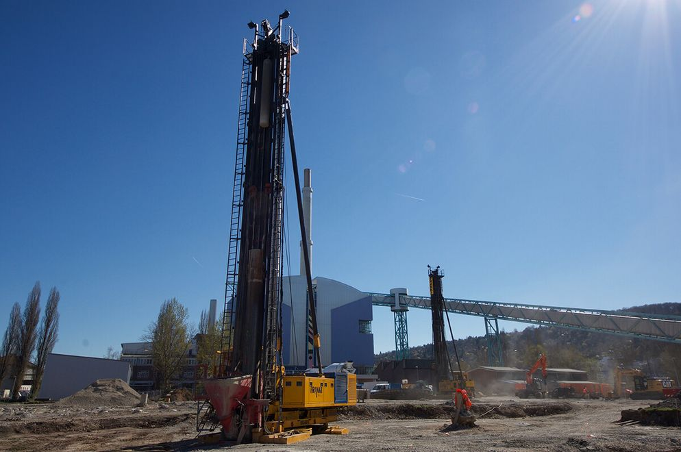 Photo: The drill rig, the FRANKI pile driver, creates the foundation. In the background there is part of the combined heat and power plant's building.