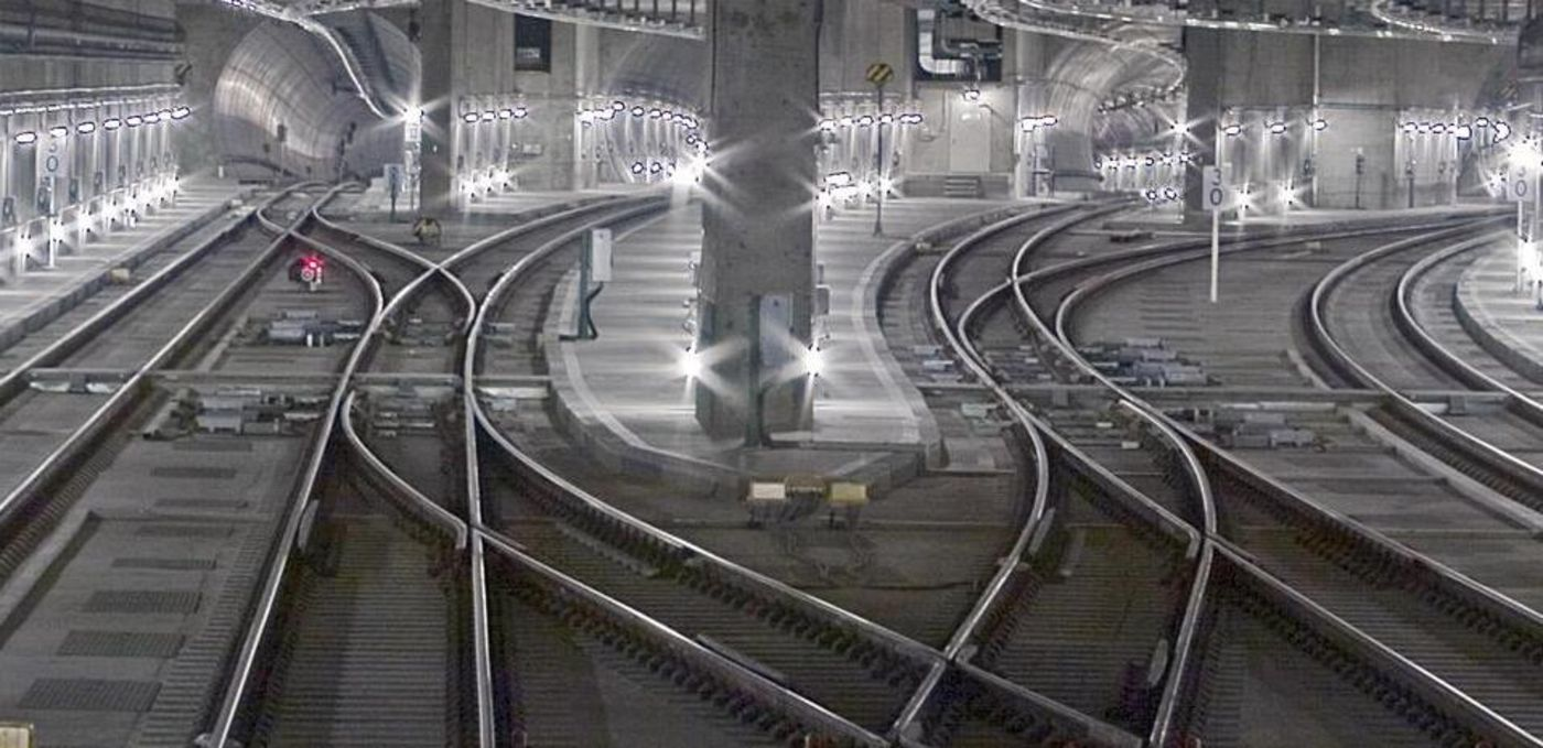 Photo: Lehrter Station, Berlin: The railway tracks in the tunnel run in different directions